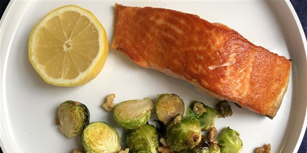Pan-Verbrannt Salmon and Roasted Brussels Sprouts