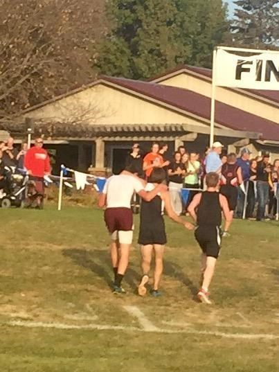 Ačkoli Davis County High School senior Zachary Hougland, in white, finished first in an Oct. 22 cross-country race, he was disqualified after he'd helped a struggling opponent across the finish line.