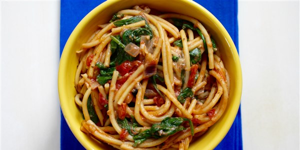 В един резервоар Pasta With Spinach, Basil and Tomatoes