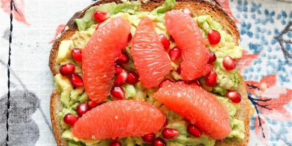 أفوكادو Toast With Grapefruit and Pomegranate Seeds