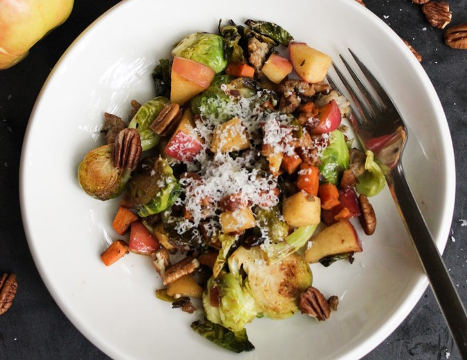 Sladký & Savory Pan Roasted Brussels Sprouts with Pecans, Apples, Sweet Potatoes & Sausage