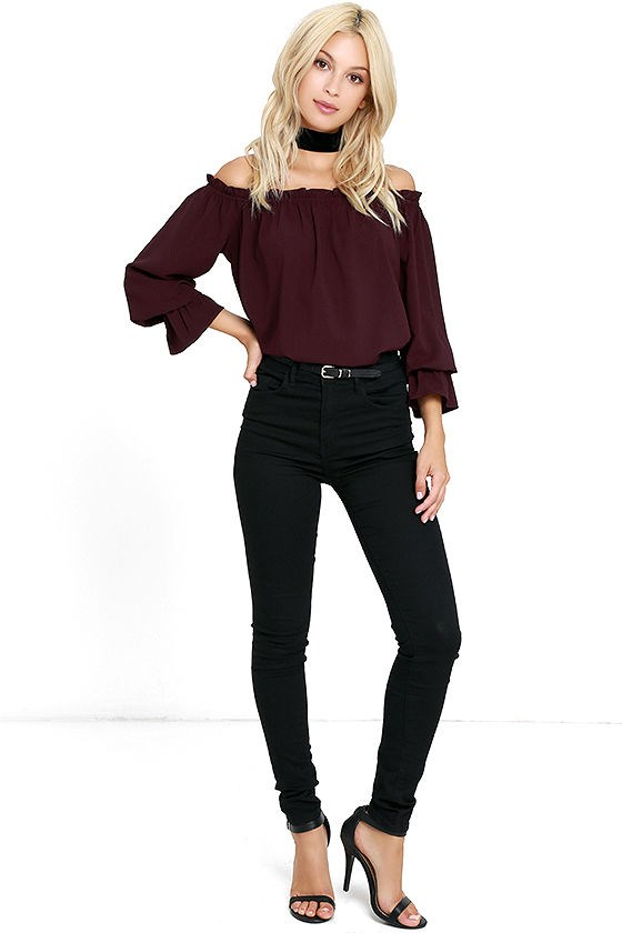 svůdná žena's off-the-shoulder top
