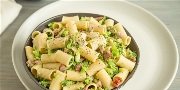 واحد وعاء Pasta with Broccoli, Ham and Parmesan