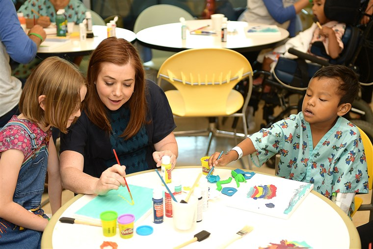 Hannigan and daughter Satyana shared their love of art projects with kids at LAC USC Medical Center.