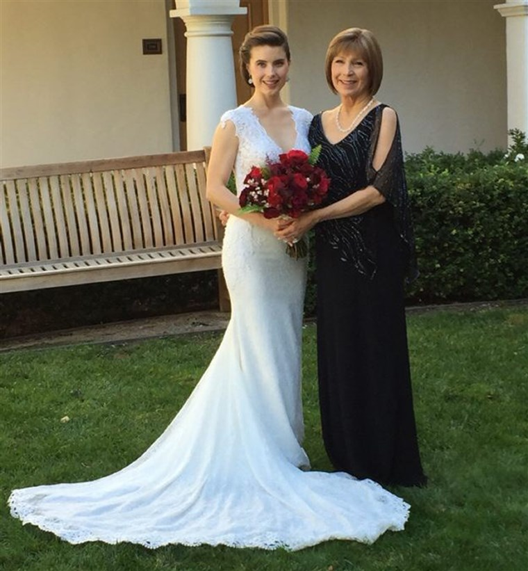 Тейлър Cox Lonsdale on her wedding day with her mother Leah Cox. Both women tested positive for the BRCA gene mutation.