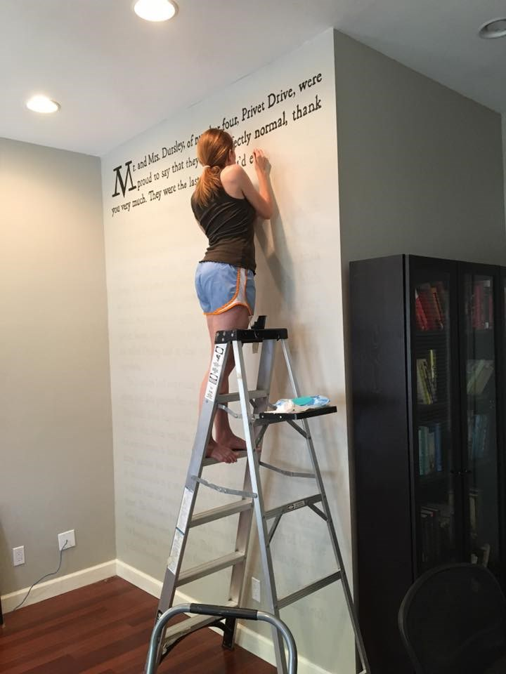 梅雷迪思 McCardle painted a wall in her home with the text of the first page of