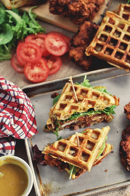 油炸 chicken and waffle sandwiches