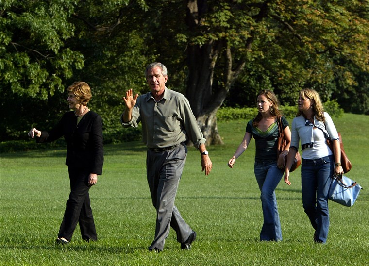 Präsident George W. Bush and first lady Laura Bush walk with their twin daughters Jenna and Barbara Bush on the South Lawn of the White House in 2004.