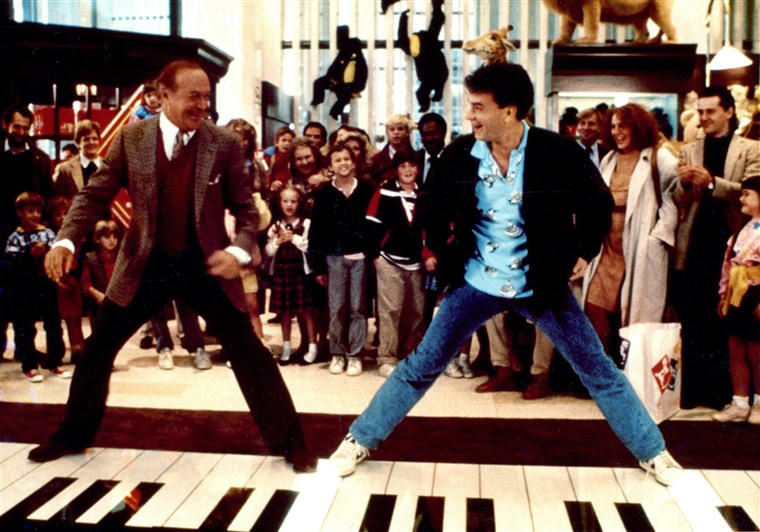 توم Hanks dances on piano in