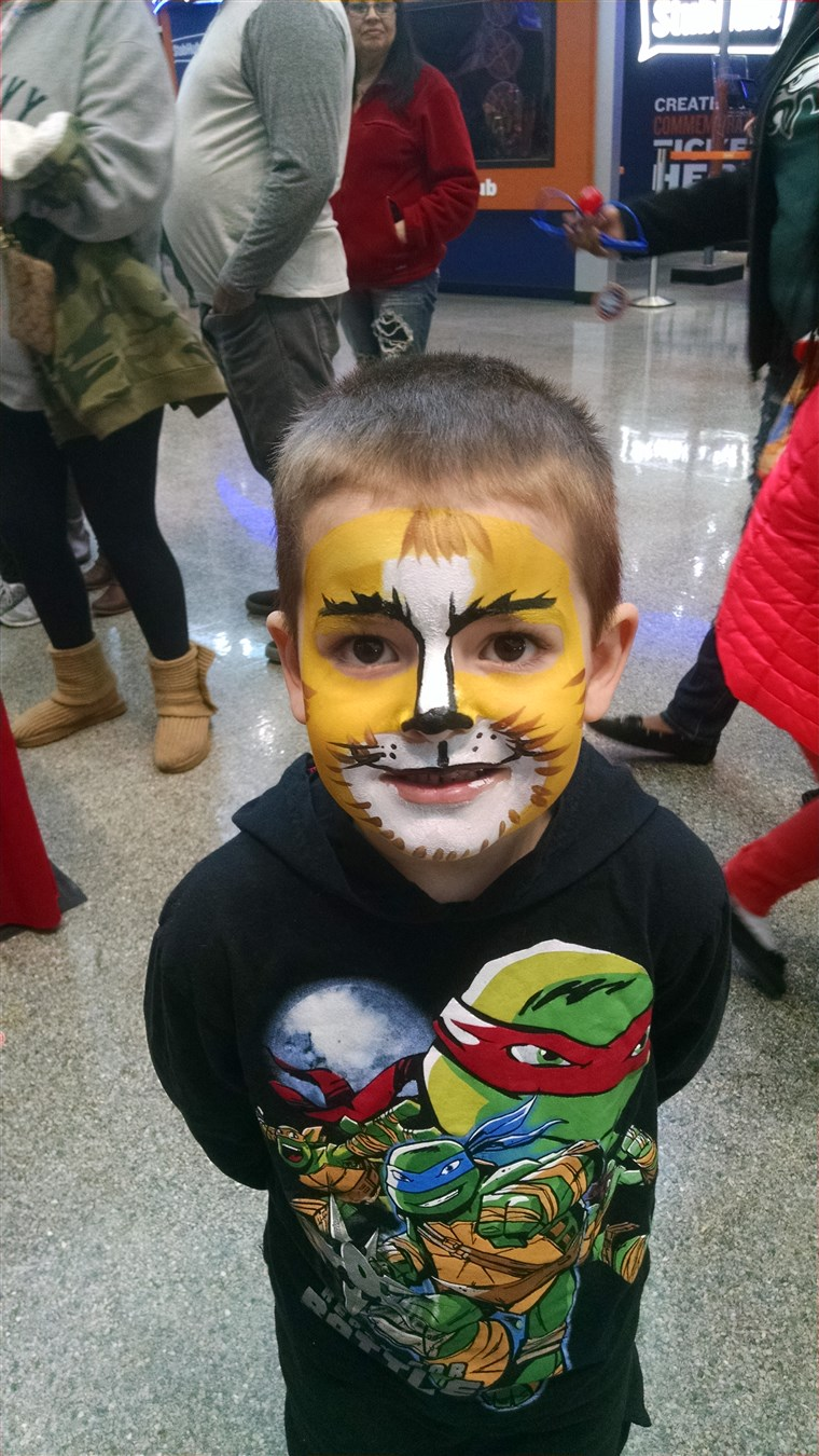 马克斯 with his face painted at the circus.