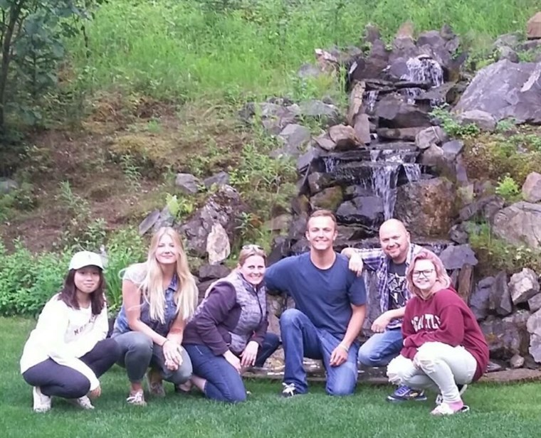Джейкъб Kilby poses with his new extended family, Becky and Kelly Turney, and their daughters, Maddy, Chase and Paige.