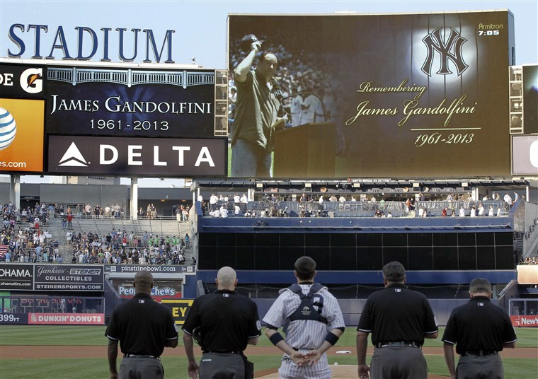 Bild: A moment of silence is observed for actor James Gandolfini by the New York Yankees.
