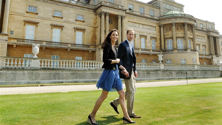 بريطانيا's Prince William and Duchess of Cambridge walk outside Buckingham Palace
