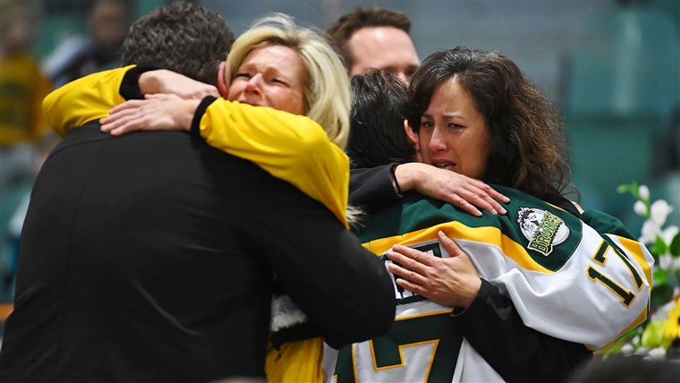 Obraz: Mourners comfort each other at a vigil to honor Humboldt Broncos members who died in fatal bus accident.