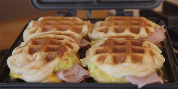 4-Съставка Breakfast Stuffed Waffles