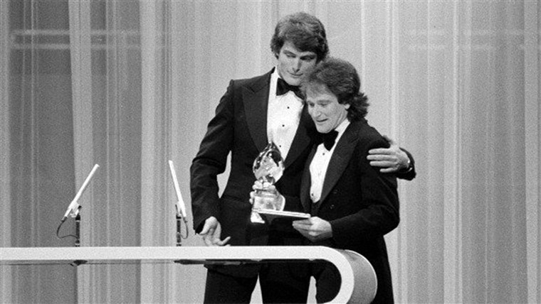 LOS ANGELES - MARCH 8: Christopher Reeve presenting Robin Williams of