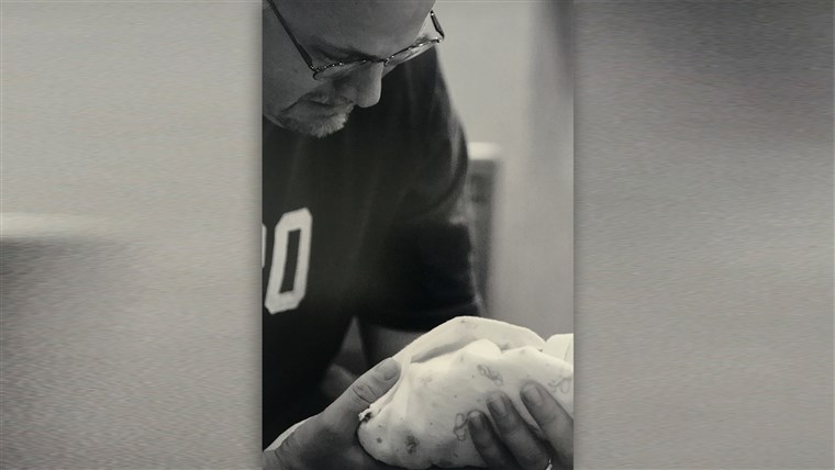 автор Kelly Farley holds his son Noah, who was born prematurely and stillborn.