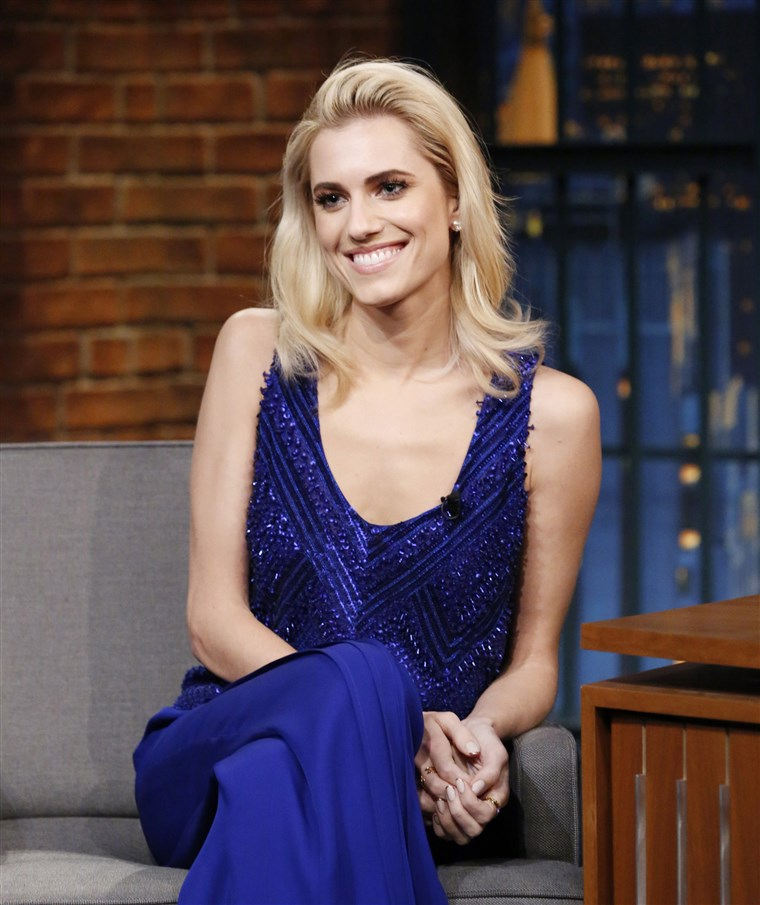 سابق brunette Allison Williams shows off her new blond hair.