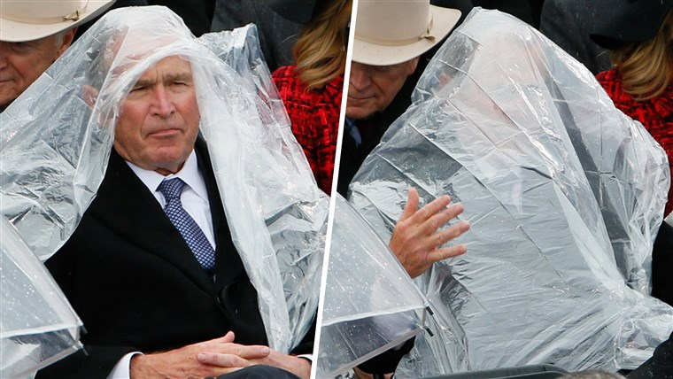 Ehemalige President George W. Bush uses a plastic sheet to deal with the rain during the inauguration ceremonies swearing in Donald Trump