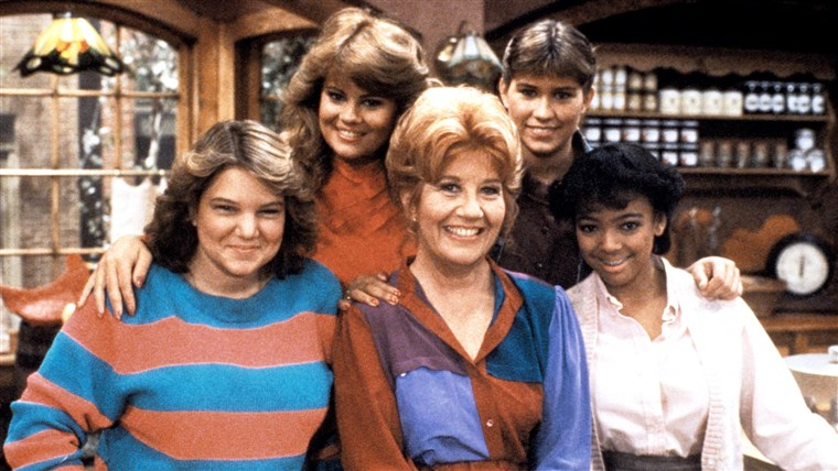 ال FACTS OF LIFE, Mindy Cohn, Lisa Whelchel, Charlotte Rae, Nancy McKeon, Kim Fields, 1979-88.