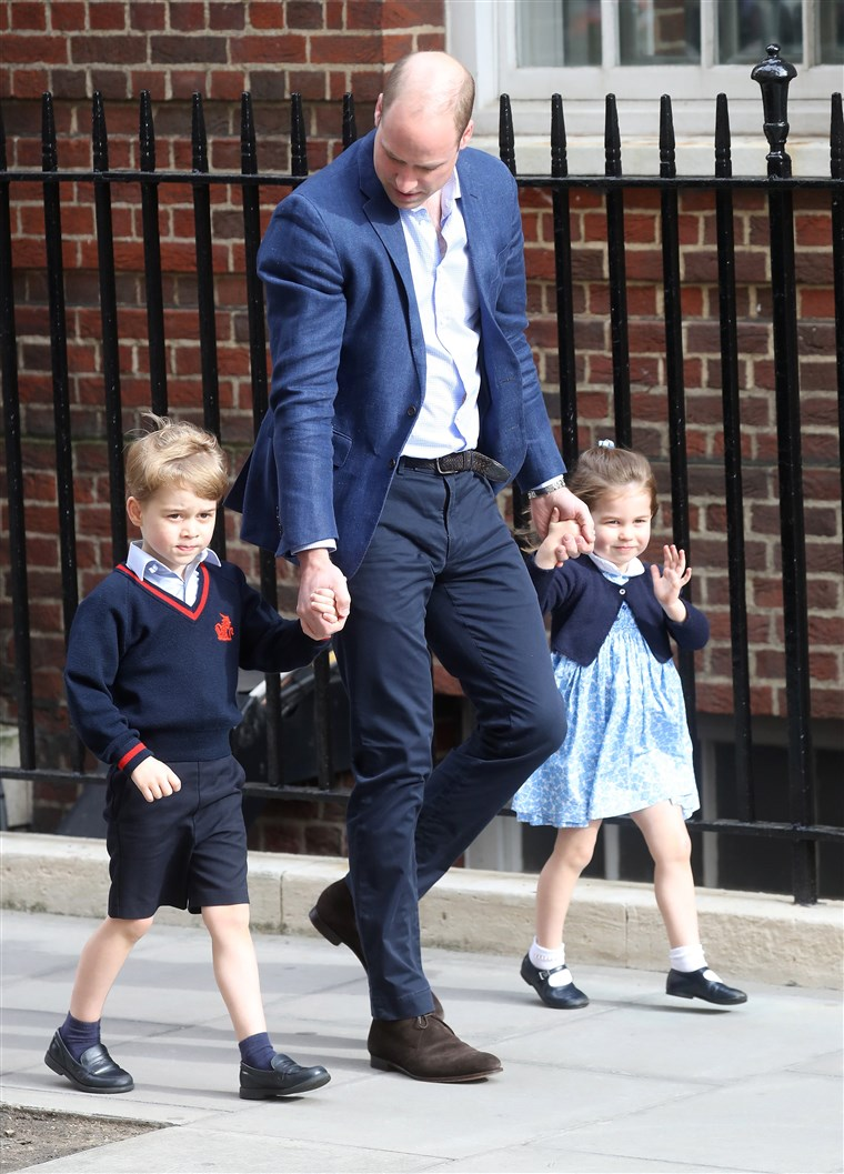 princ William takes Prince George and Princess Charlotte to visit their new brother, Prince Louis, at St Mary's Hospital on April 23, 2018, in London.
