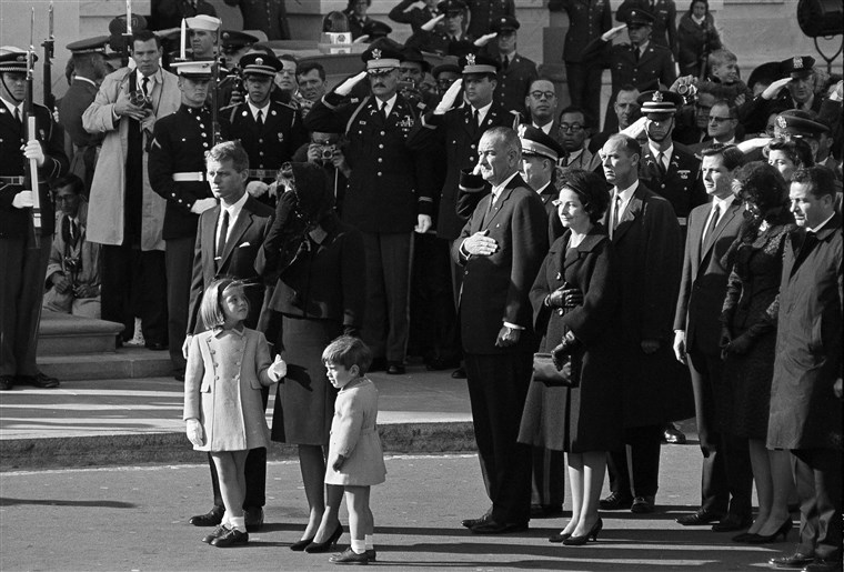Жаклин Kennedy, her children Caroline and John Jr., and Attorney General Robert F. Kennedy arrive at the Capitol in Washington, Nov. 24, 1963. They rode from the White House in a procession carrying the slain president's body to the Capitol. Behind them are President Lyndon B. Johnson and his wife Lady Bird Johnson.