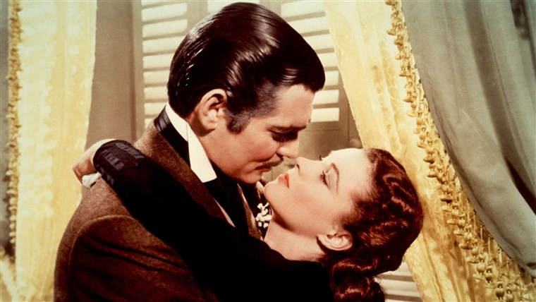斯嘉丽 O'Hara (Vivien Leigh) does fall for Rhett Butler (Clark Gable) in