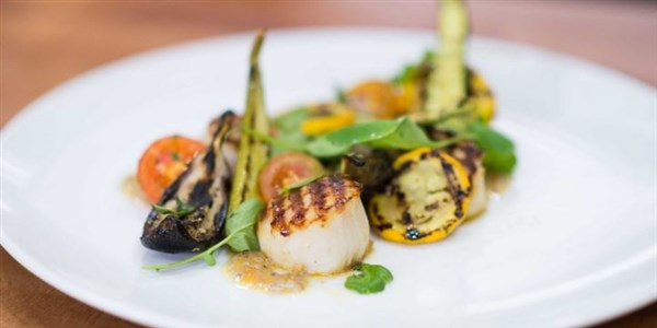 на скара Scallops with Zucchini & Grilled Tomato Vinaigrette