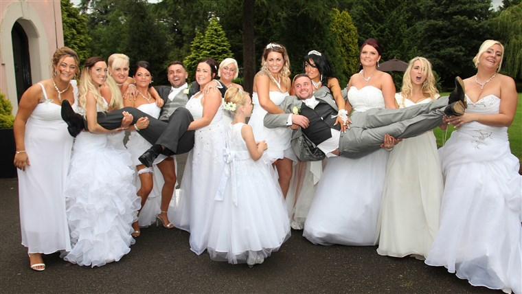 同性恋者 couple invited 10 brides to their wedding so their big day wouldn't be missing a big white dress