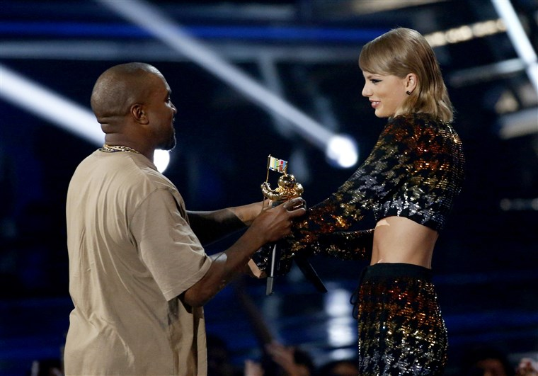 Изображение: Swift presents the Video Vanguard Award to West at the 2015 MTV Video Music Awards in Los Angeles