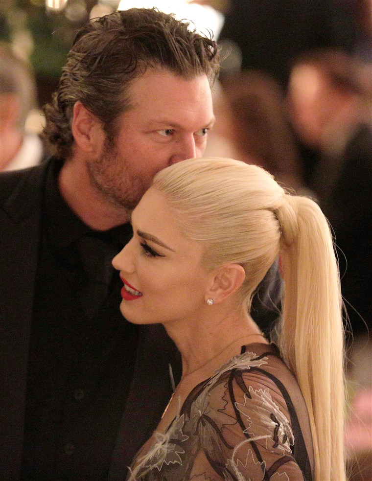 Гуен Stefani receives a kiss from Blake Shelton during a State Dinner at the White House in Washington