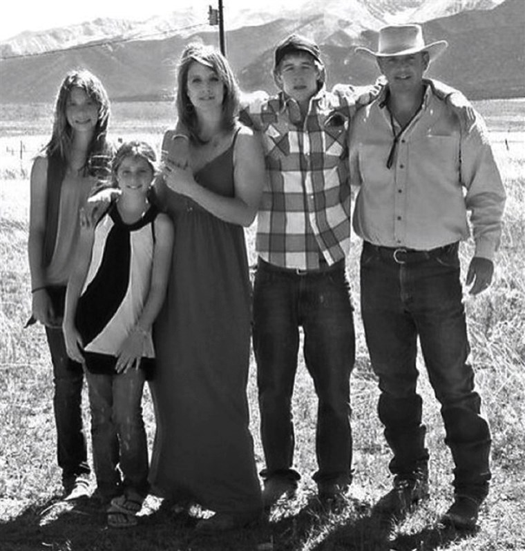 جرايسي Johnson, far left, and her family. Her mom, dad and sister, Kiowa-Rain, died in a rockslide in September.
