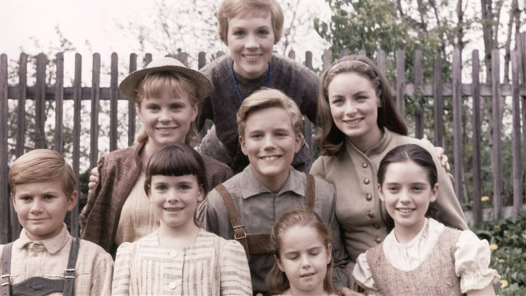 THE SOUND OF MUSIC, from left, Duane Chase, Heather Menzies, Debbie Turner, Julie Andrews, Nicholas