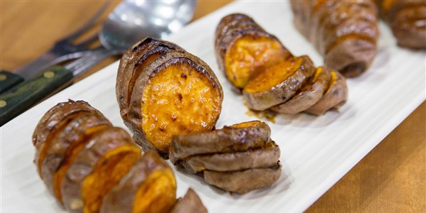 鲍比 Flay's Spicy Maple Hasselback Sweet Potatoes