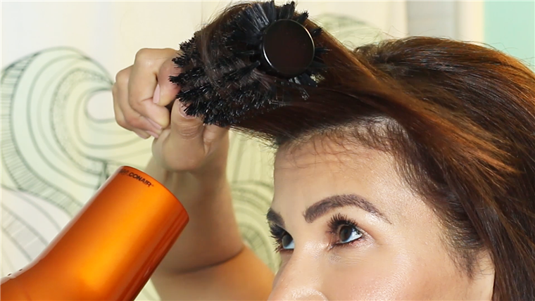 Nikdy opt for metal or plastic bristles on a round brush!