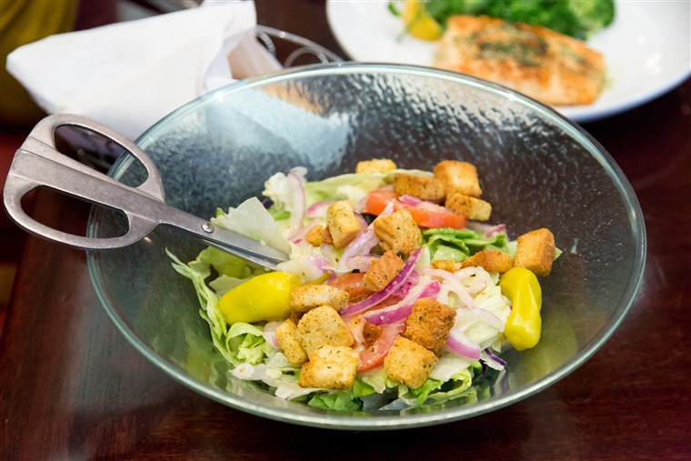 Olivový Garden's signature salad also has a new lighter fare dressing